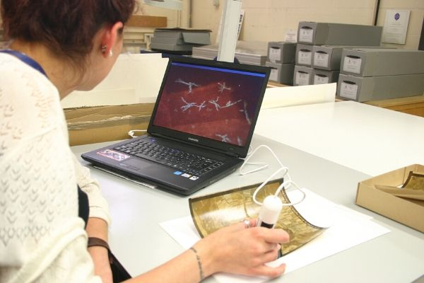ICON Marta G Celma analysing crystal deposits with digital microscopy main1.jpg